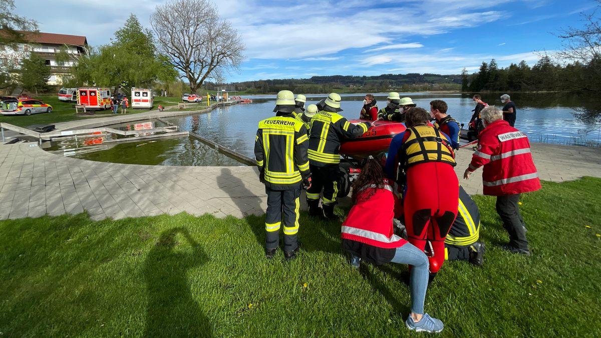 Rettungskräfte an der Unglücksstelle am Öschlesee