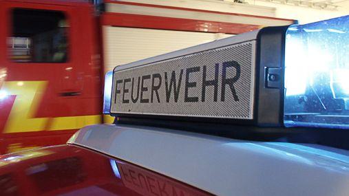 Feuerwehr-Aufschrift auf einem Einsatzfahrzeug.