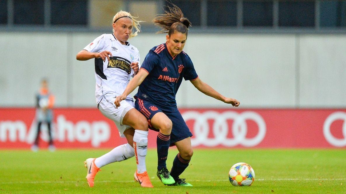 Jovana Damnjanovic (r., FC Bayern München) im Zweikampf mit Emma Koivisto (Göteborg FC)