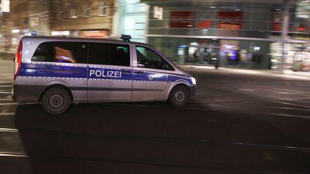 Polizei fährt in der Nacht Streife und kontrolliert die Einhaltung der Ausgangssperre (Symbolbild)