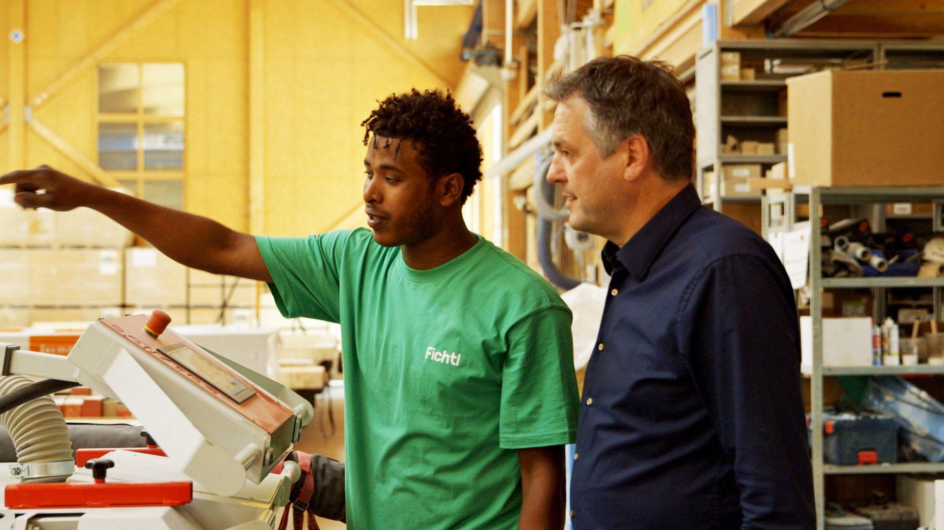 Geschäftsführer Stefan Fichtl (rechts) bespricht die nächsten Arbeitsschritte mit einem Mitarbeiter.