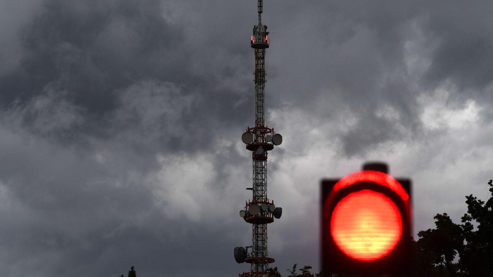 Dunkle Wolken zogen am Sendeturm des Bayerischen Rundfunks in Freimann vorbei. Im Raum München gab es ein heftiges Gewitter mit Hagel.