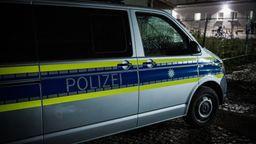 Ein Polizeibus in der Tatnacht vor dem Ankerzentrum Deggendorf | Bild:news5