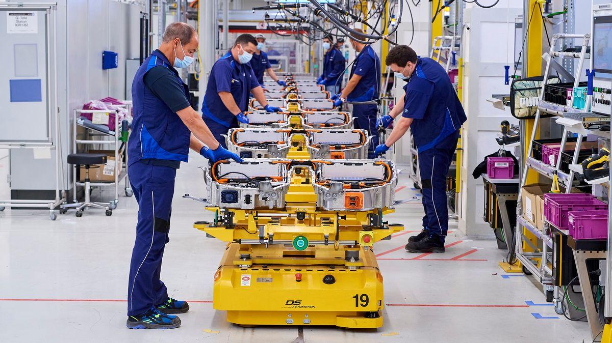 Blick in das BMW-Werk Dingolfing, in dem Hochvoltspeicher hergestellt werden.
