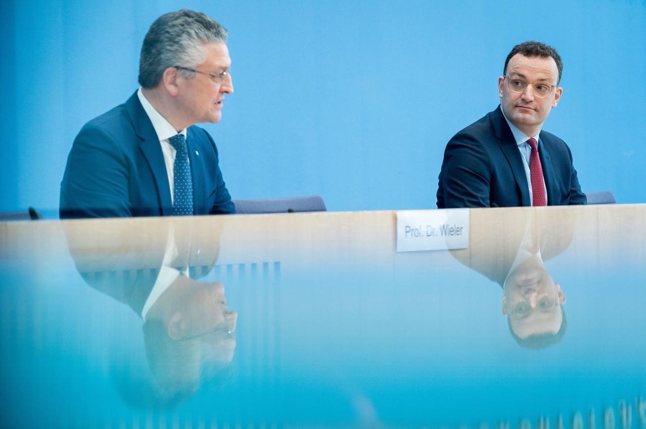 12.03.2021, Berlin: Jens Spahn (CDU), Bundesminister für Gesundheit, und Lothar H. Wieler, Präsident des Robert-Koch-Institut (RKI) geben eine Pressekonferenz zur Corona-Lage. Foto: Kay Nietfeld/dpa +++ dpa-Bildfunk +++