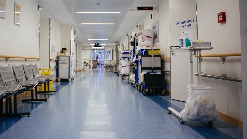 Ein Gang in einem Krankenhaus (Symbolbild)