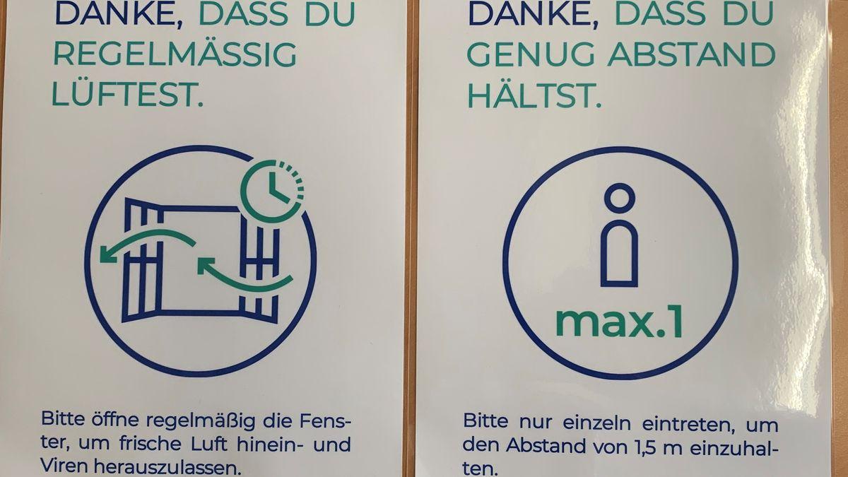 Plakate mit Hygieneregeln hängen überall im Schulhaus. Regelmäßig lüften.