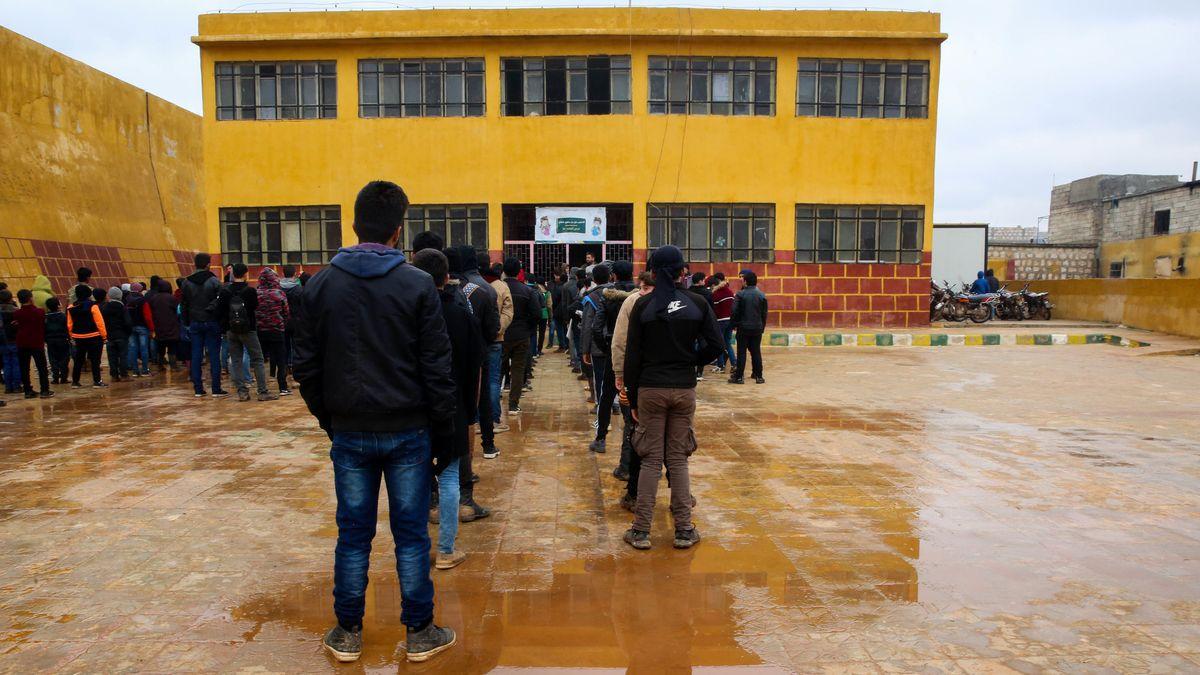 """Syrische Schüler vor einer der wenigen """"echten"""" Schulen"""