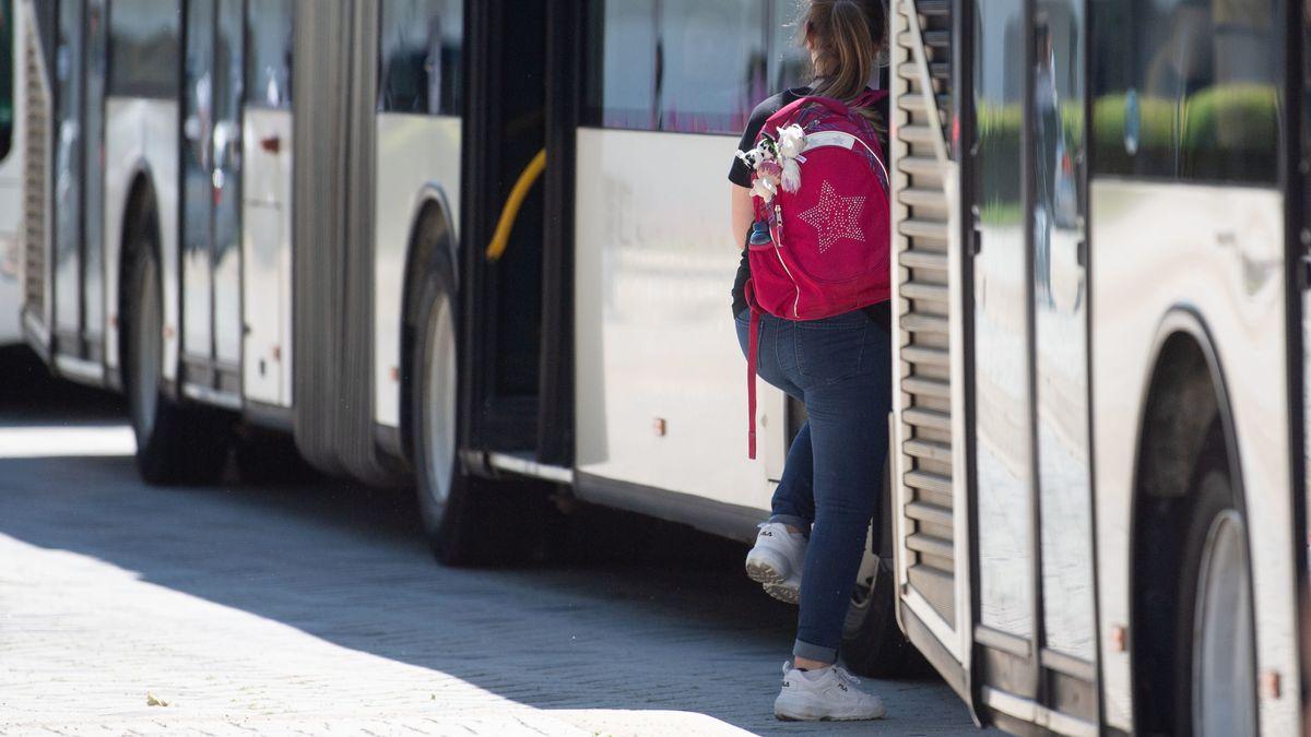 Ein Mädchen steigt in einen Bus