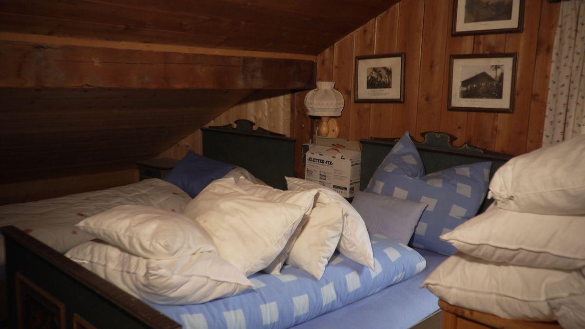 Betten in einem holzverkleideten Raum in der Hörnlehütte