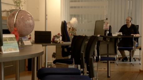 Ein Mitarbeiter in einem leeren Kemptener Reisebüro.