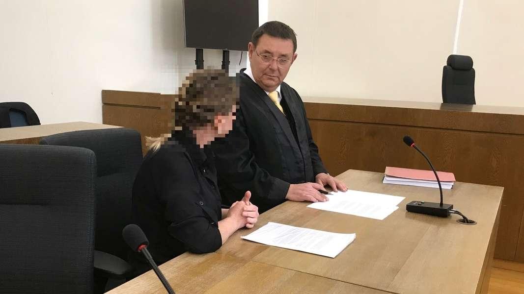 Die Angeklagte im Gerichtssaal mit ihrem Anwalt