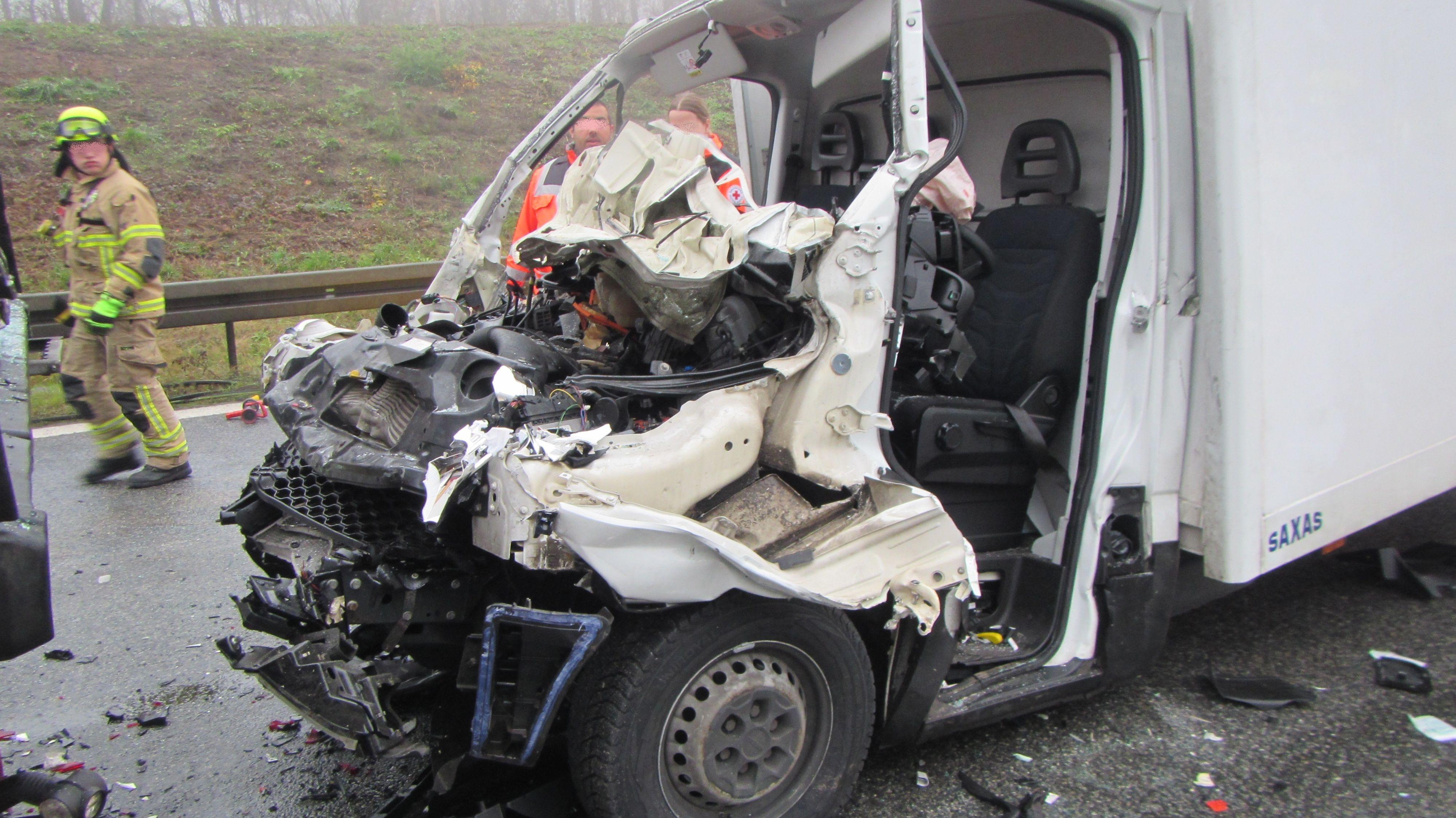 Bei dem Unfall auf der A3 wurde ein 26-Jähriger lebensgefährlich verletzt.