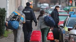 Abgelehnte Asylbewerber werden zum Transport zum Flughafen abgeholt   Bild:dpa-Bildfunk