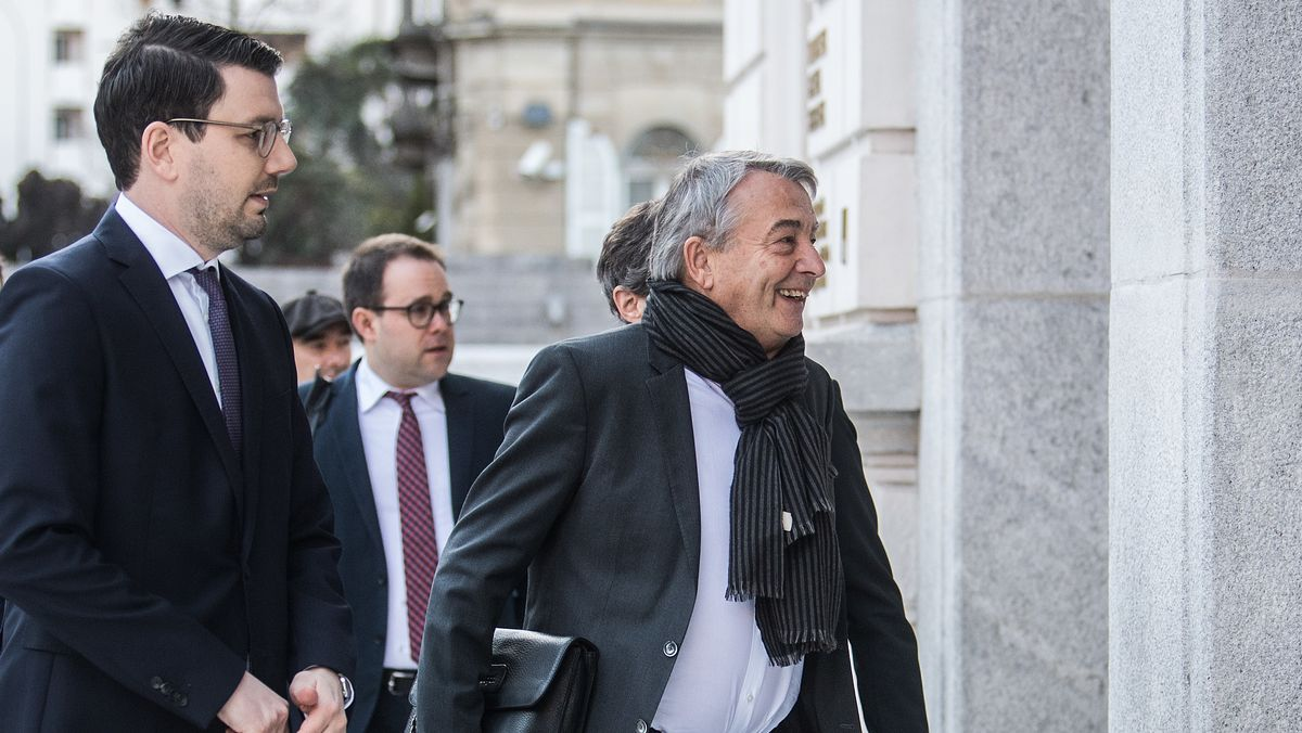 Wolfgang Niersbach (r.) mit Entourage vor dem Gerichtsgebäude in Bellinzona