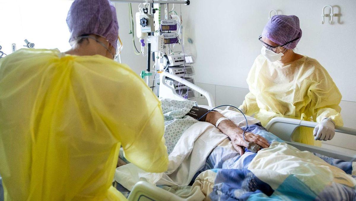 Pflegekräfte an einem Intensivbett mit Beatmungsgerät