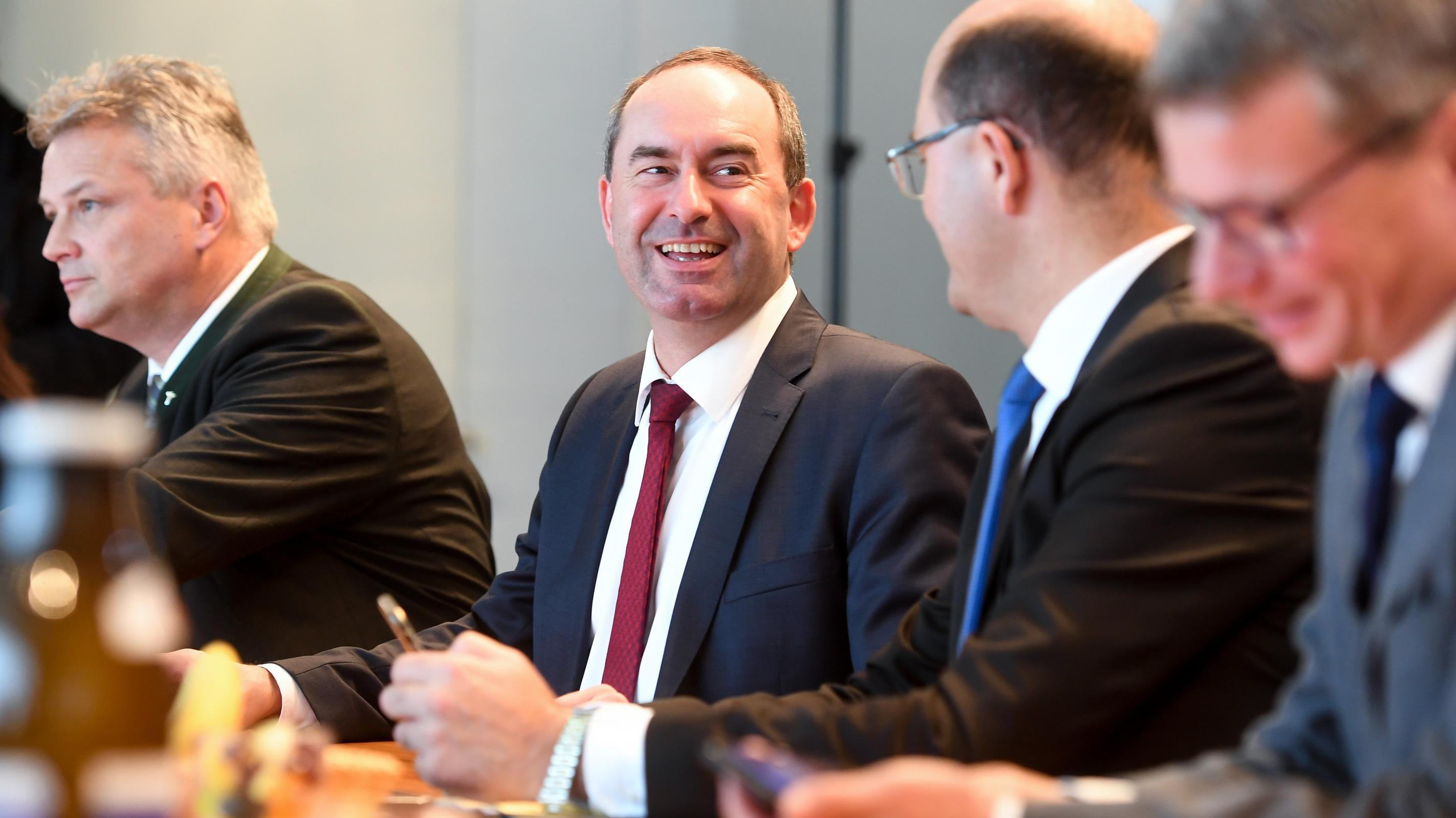 Wirtschafts- und Landesentwicklungsminister Aiwanger (Freie Wähler) und Finanz- und Heimatminister Füracker (CSU) bei der ersten Sitzung des neuen Kabinetts