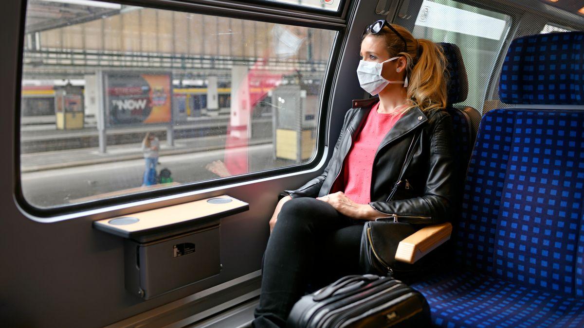 Die Mehrheit hält sich an die Maskenpflicht im Fernverkehr. Doch noch immer ist nicht klar, wer Verweigerer sanktionieren soll.