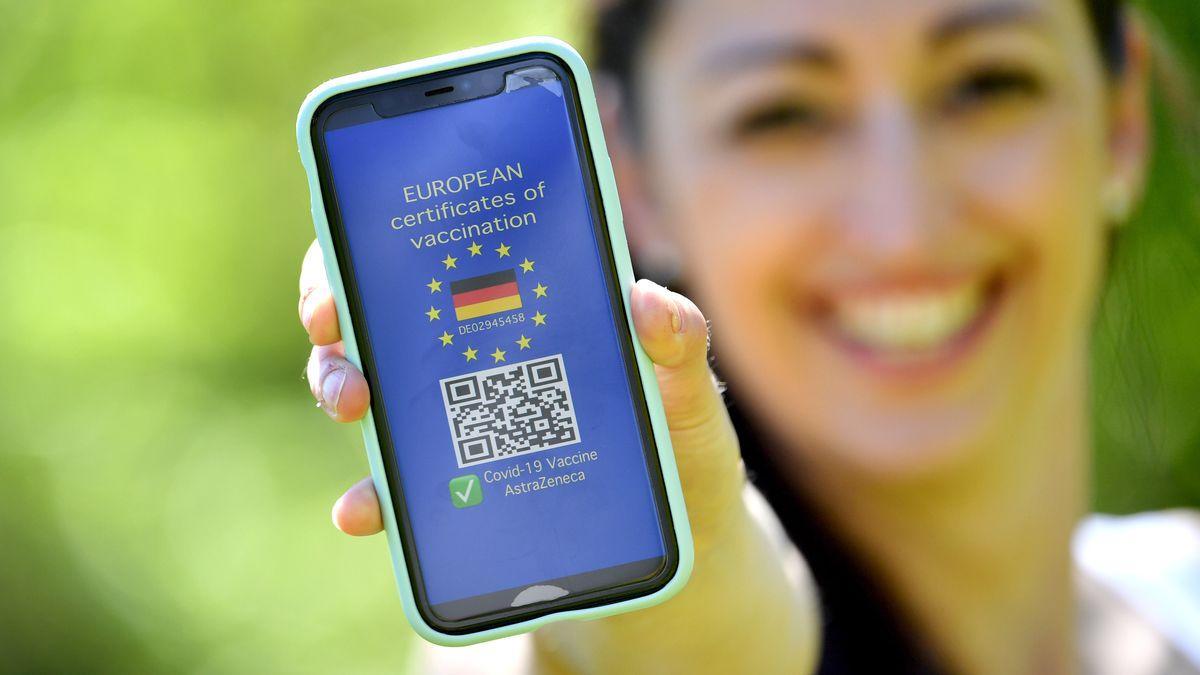 Symbolfoto: Ein europaweit anerkannter Nachweis soll Geimpften bald weitgehende Erleichterungen ermöglichen.