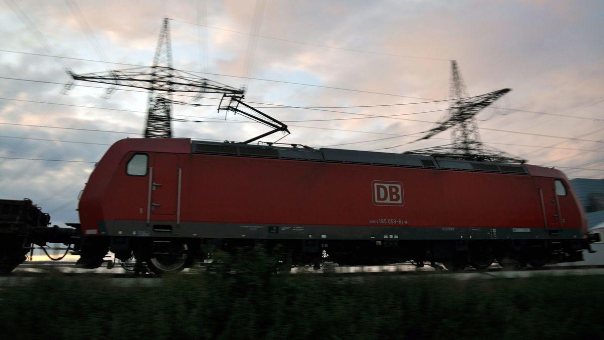 In der Oberpfalz formiert sich der Widerstand gegen eine geplante, neue Bahnstromtrasse.
