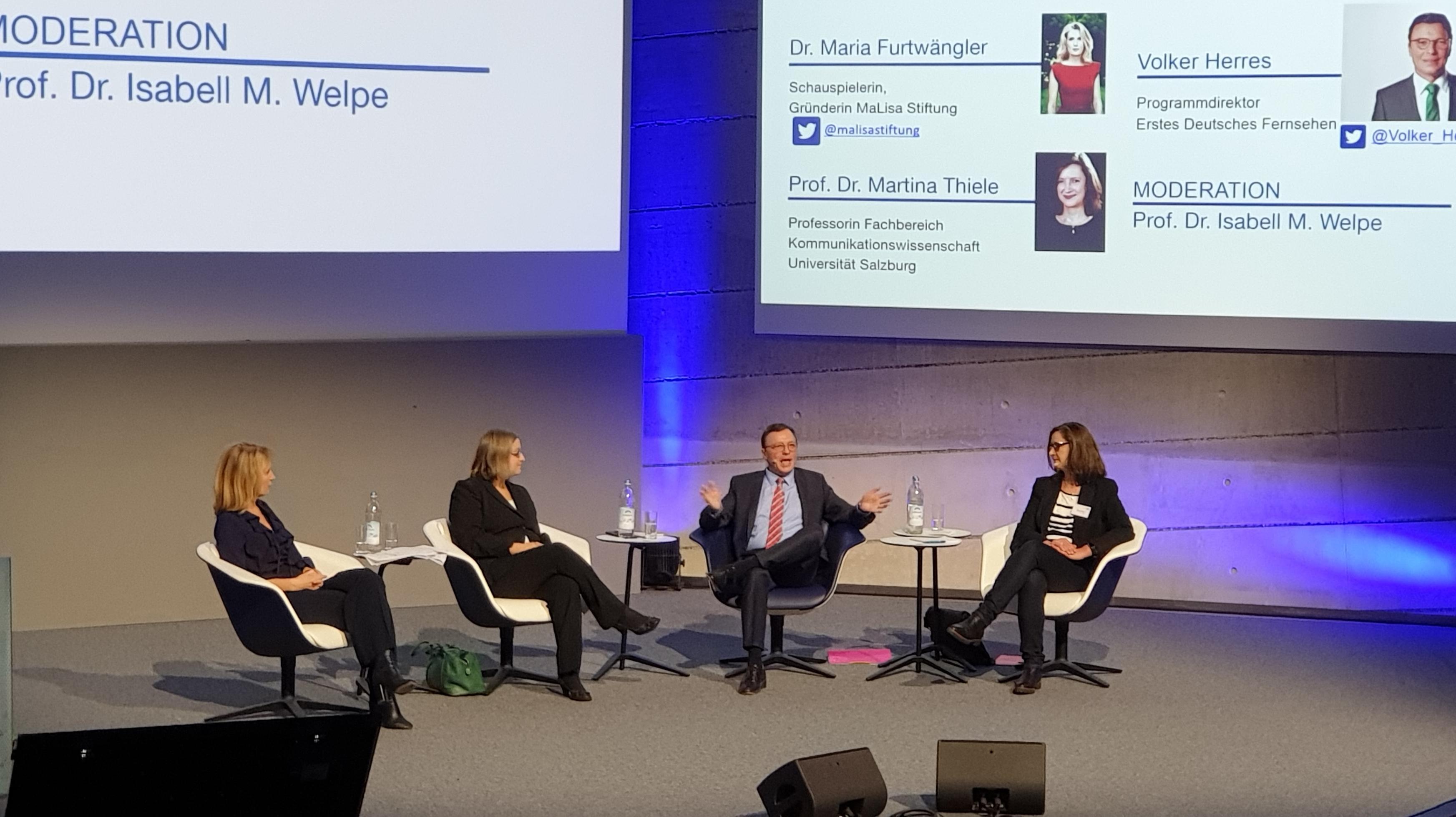 """Maria Furtwängler, Prof. Isabell Welpe, Volker Herres,  Prof. Martina Thiele bei der Tagung """"Frauen in der digitalen Zukunft: Stereotype durchbrechen""""."""