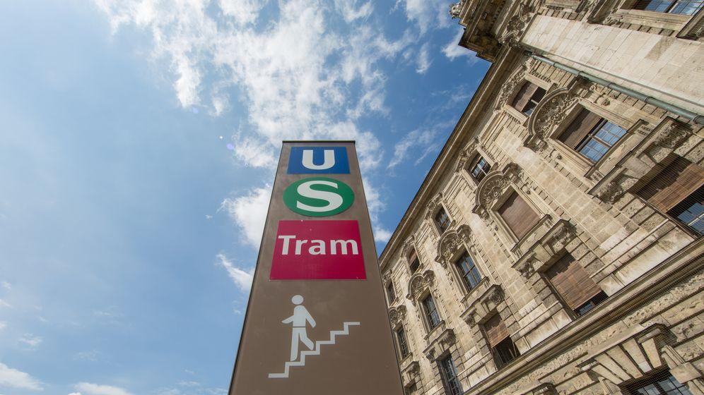 Unterführungsschild zur U-Bahn, S-Bahn und Tram am Justizpalast in München.   Bild:BR/Lisa Hinder