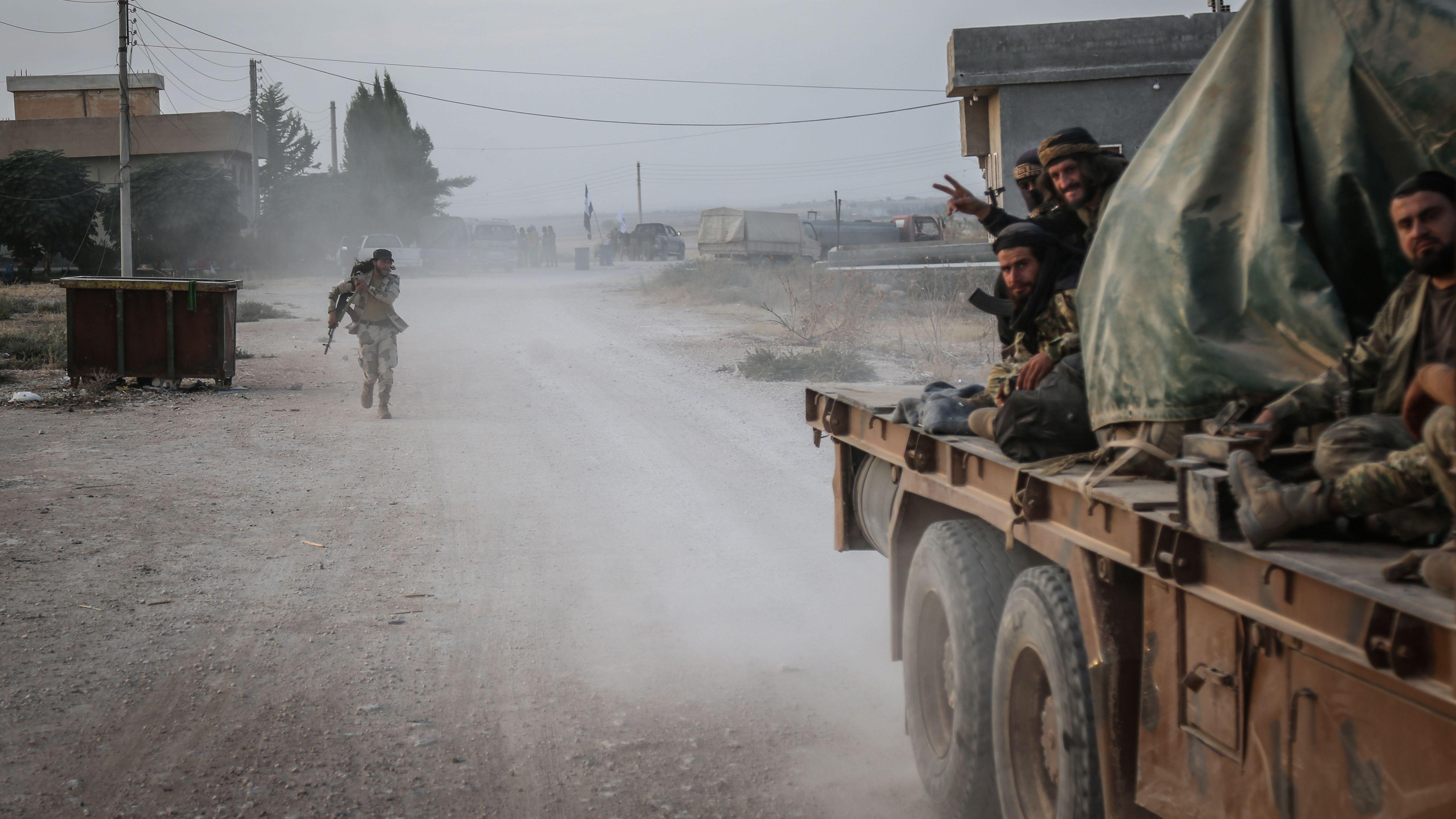 Soldaten der türkisch unterstützten syrischen Nationalarmee gestikulieren nach Zusammenstößen mit Kurdischen Kämpfern.