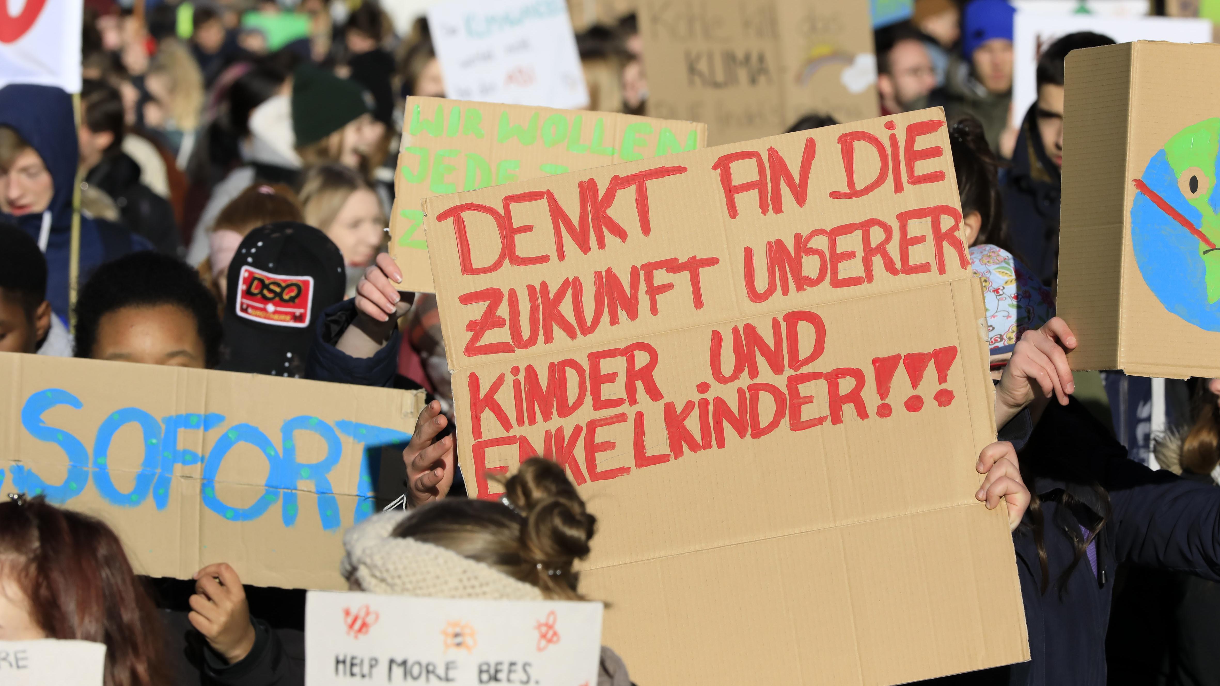 Schüler demonstrieren unter dem Motto FridaysForFuture für mehr Klimaschutz weltweit