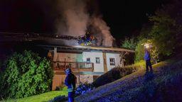 Der Dachstuhl eines  Hauses steht in Flammen - Die Feuerwehr löscht.   Bild:Zema Medien