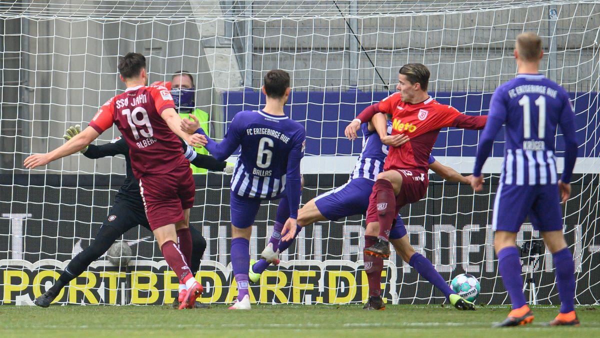 Spielszene aus der Partie Erzgebirge Aue gegen Jahn Regensburg