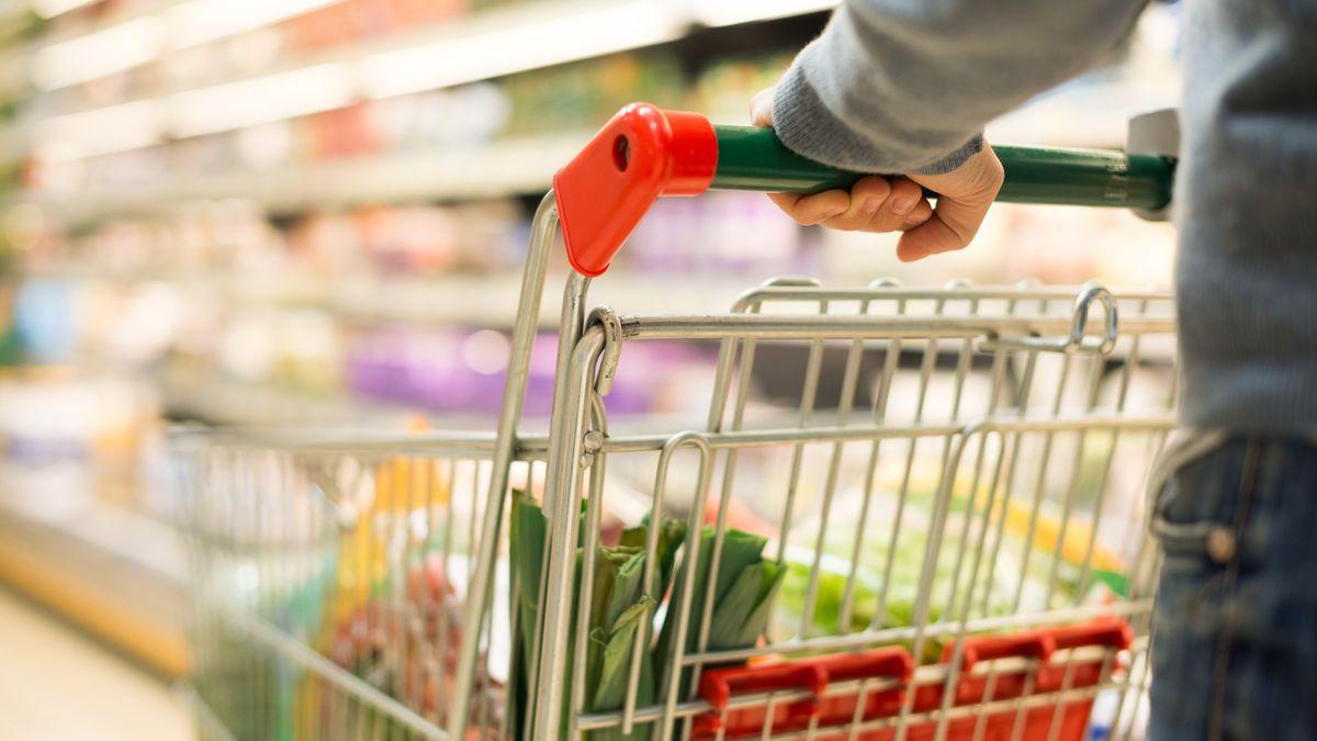 Nahaufnahme eines mit Lebensmitteln gefüllten Einkaufswagens
