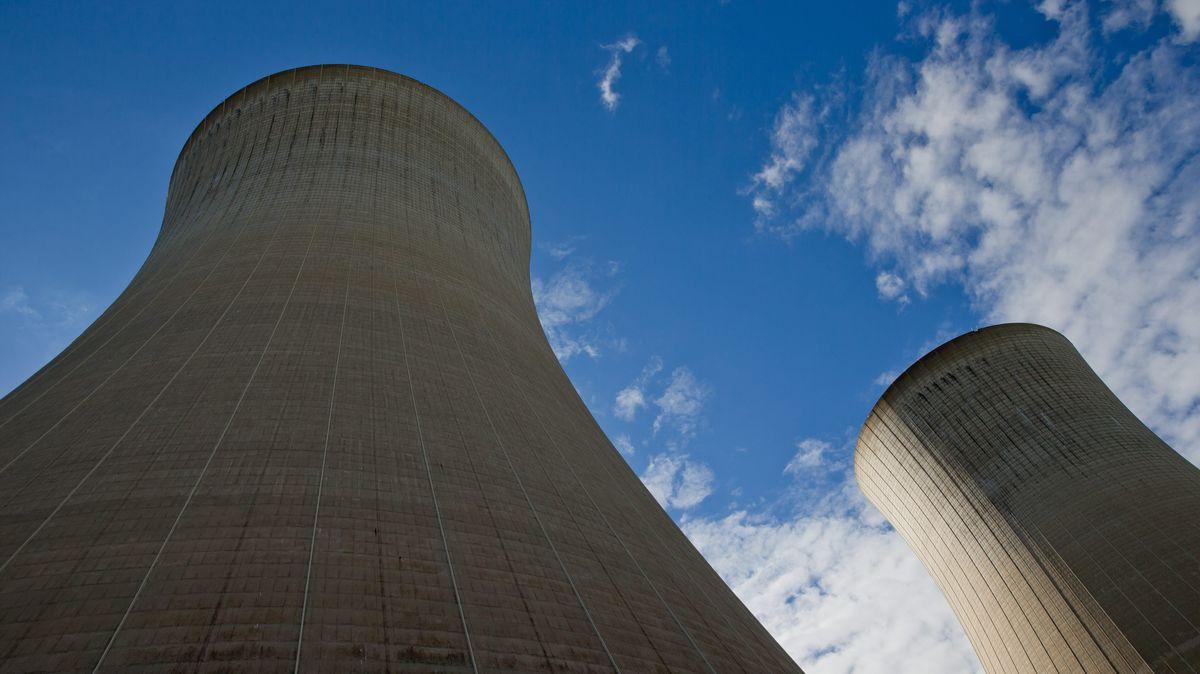 Blick auf die beiden Kühltürme des Kernkraftwerks Grafenrheinfeld