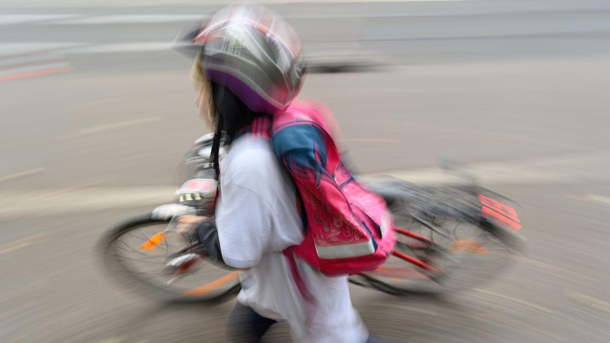 Schülerin mit einem Fahrrad