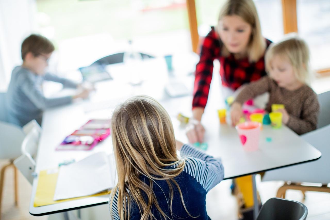 dpatopbilder - 14.01.2021: Eine Frau sitzt mit ihren drei Kindern im Wohnzimmer. Schüler müssen im Lockdown zu Hause lernen. Foto: Rolf Vennenbernd/dpa +++ dpa-Bildfunk +++
