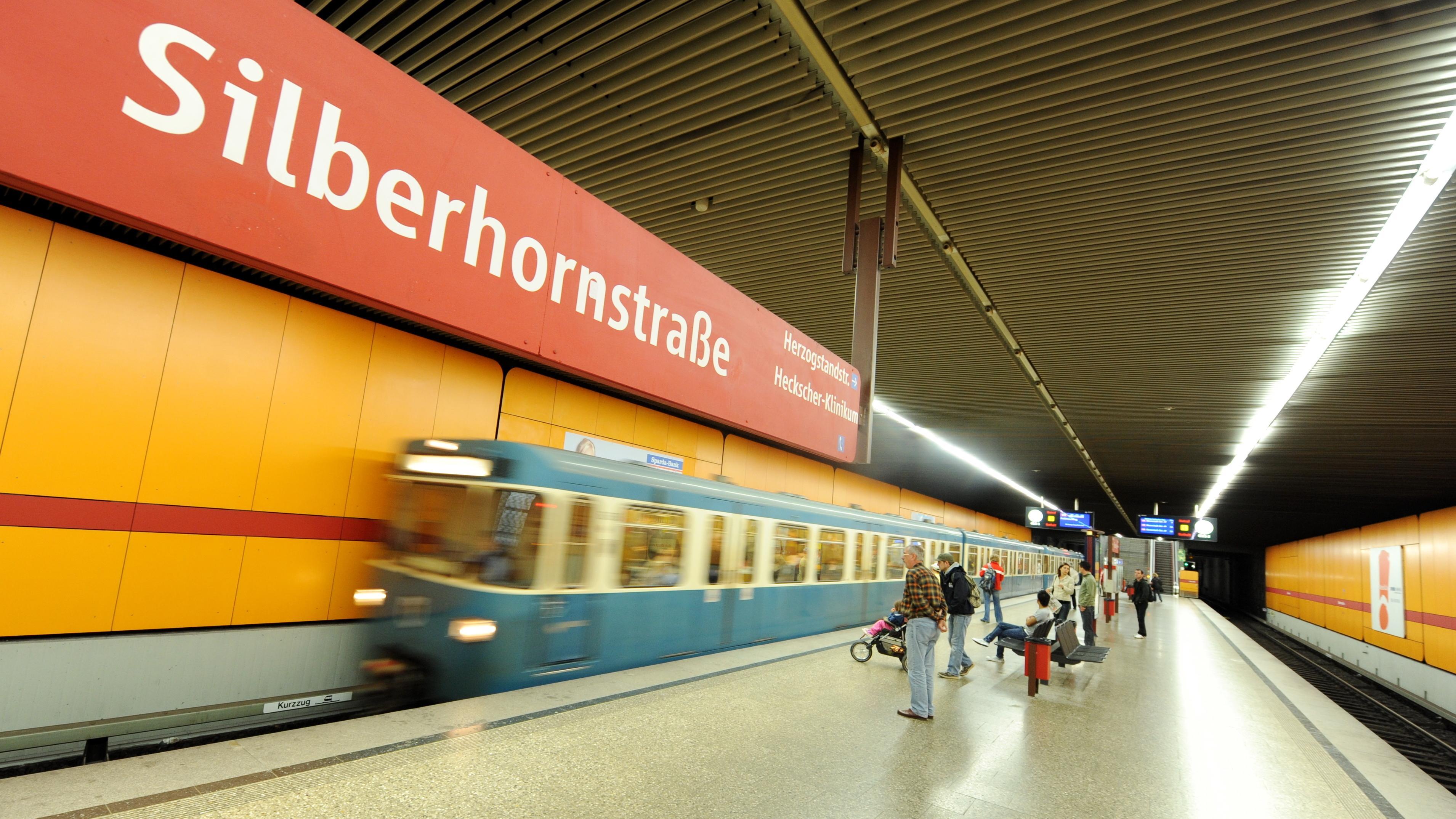 Eine U-Bahn fährt in München in den U-Bahnhof Silberhornstraße ein