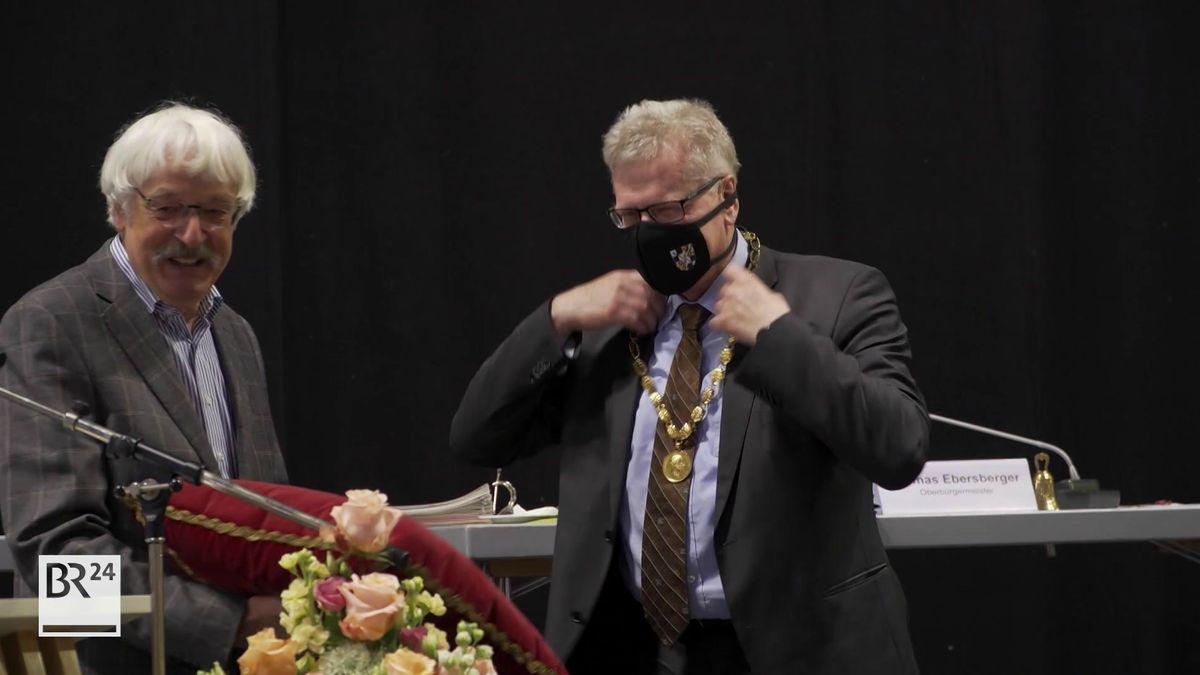 Norbert Aas (Bündnis 90/Die Grünen) vereidigt Thomas Ebersberger (CSU).