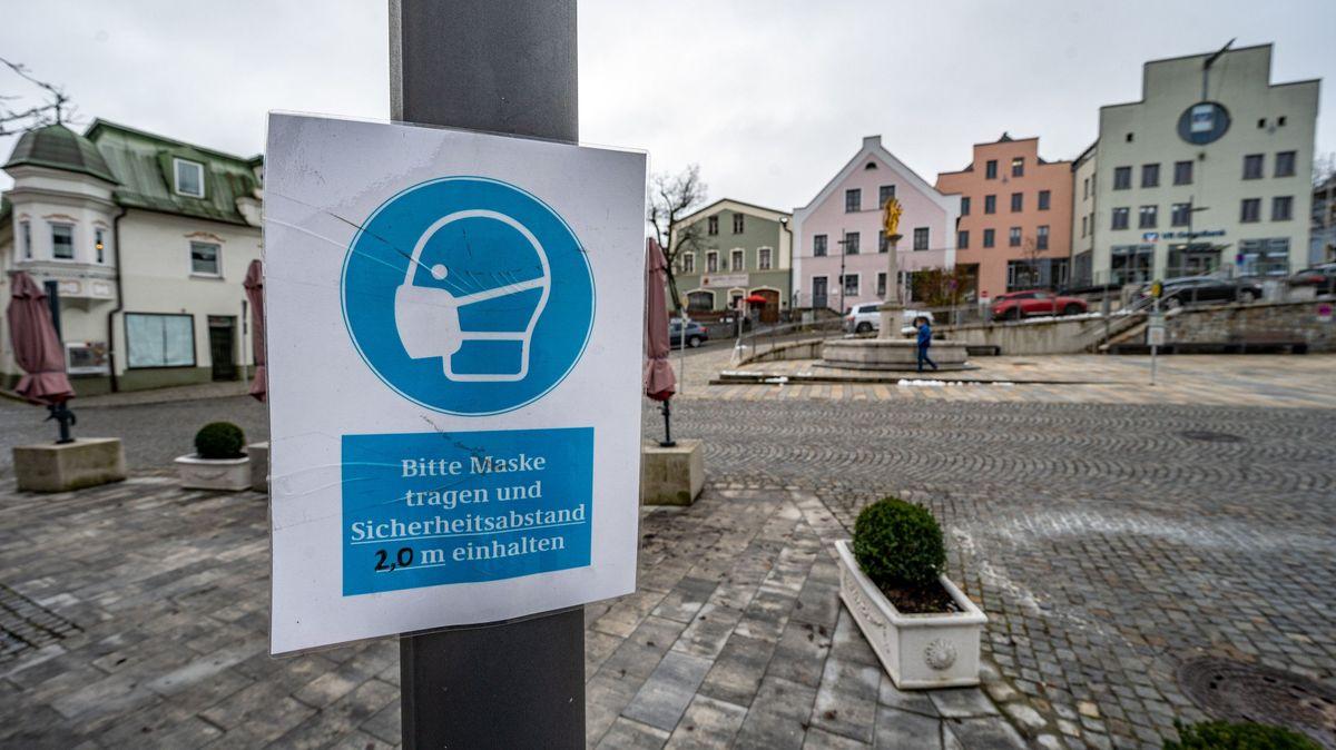Corona-Hinweisschild auf dem Stadtplatz von Regen