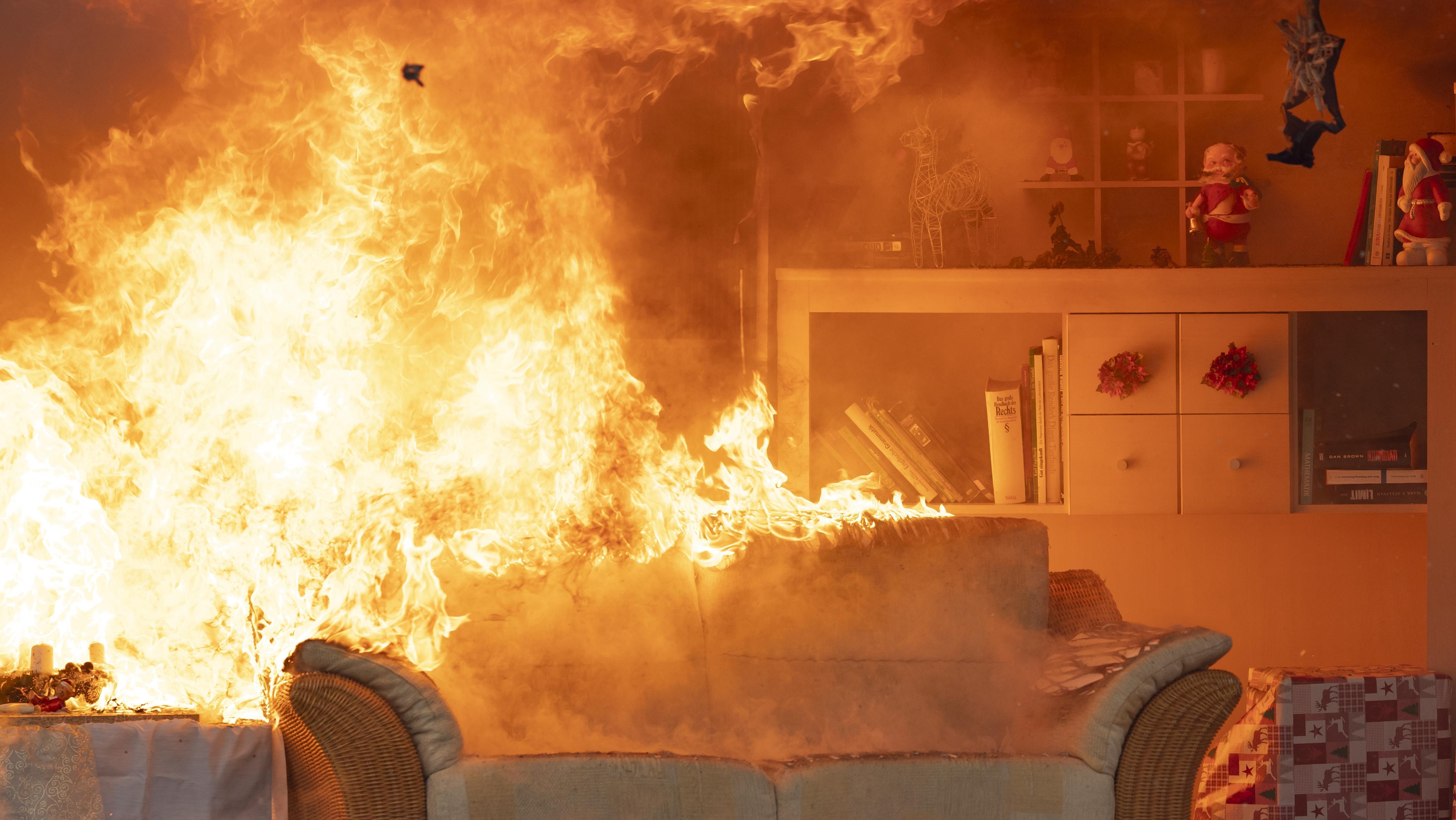 Symbolbild: Brennende Weihnachtsdekoration in einem Wohnzimmer