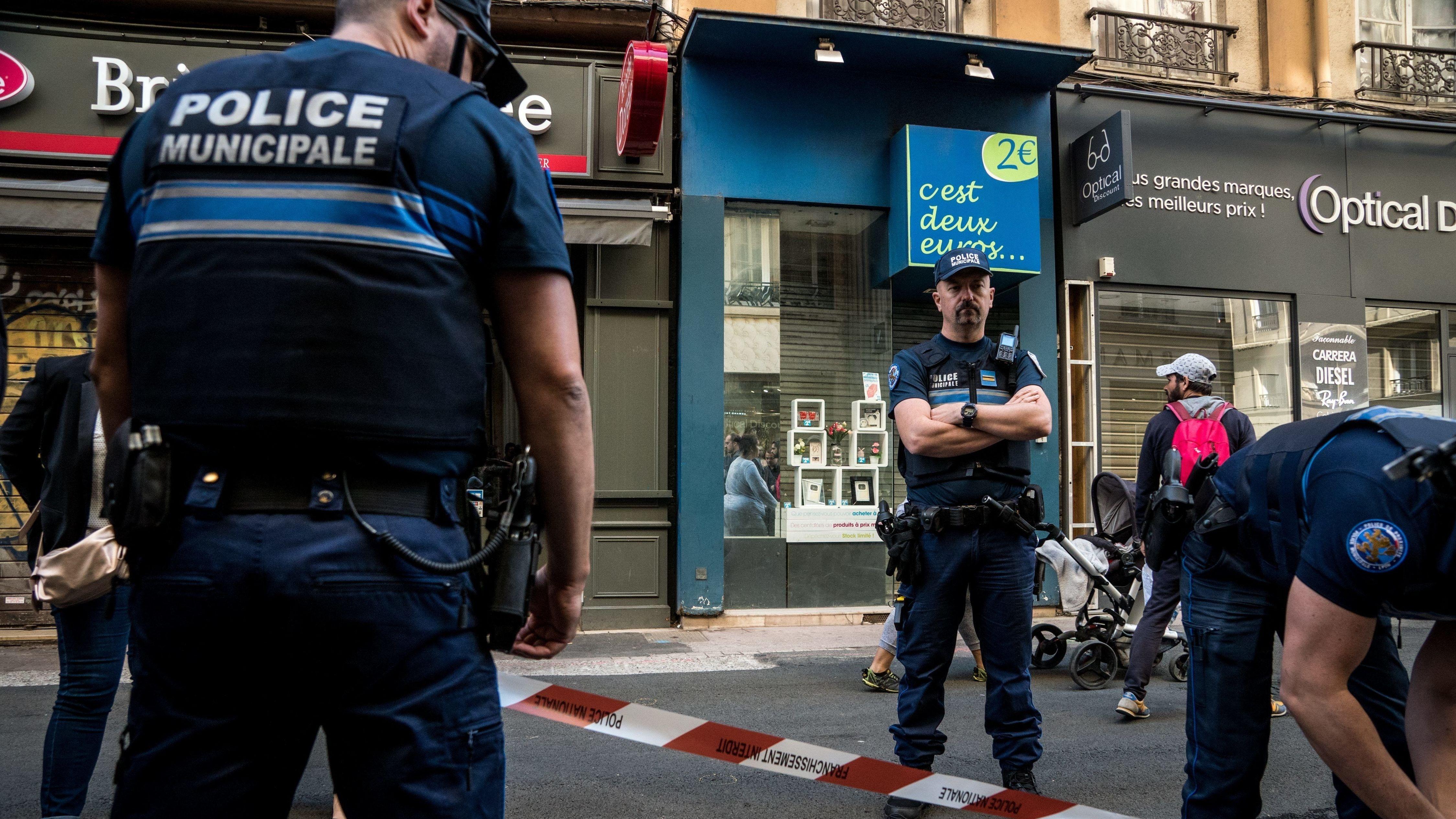 Örtliche Polizei am Tatort in Lyon
