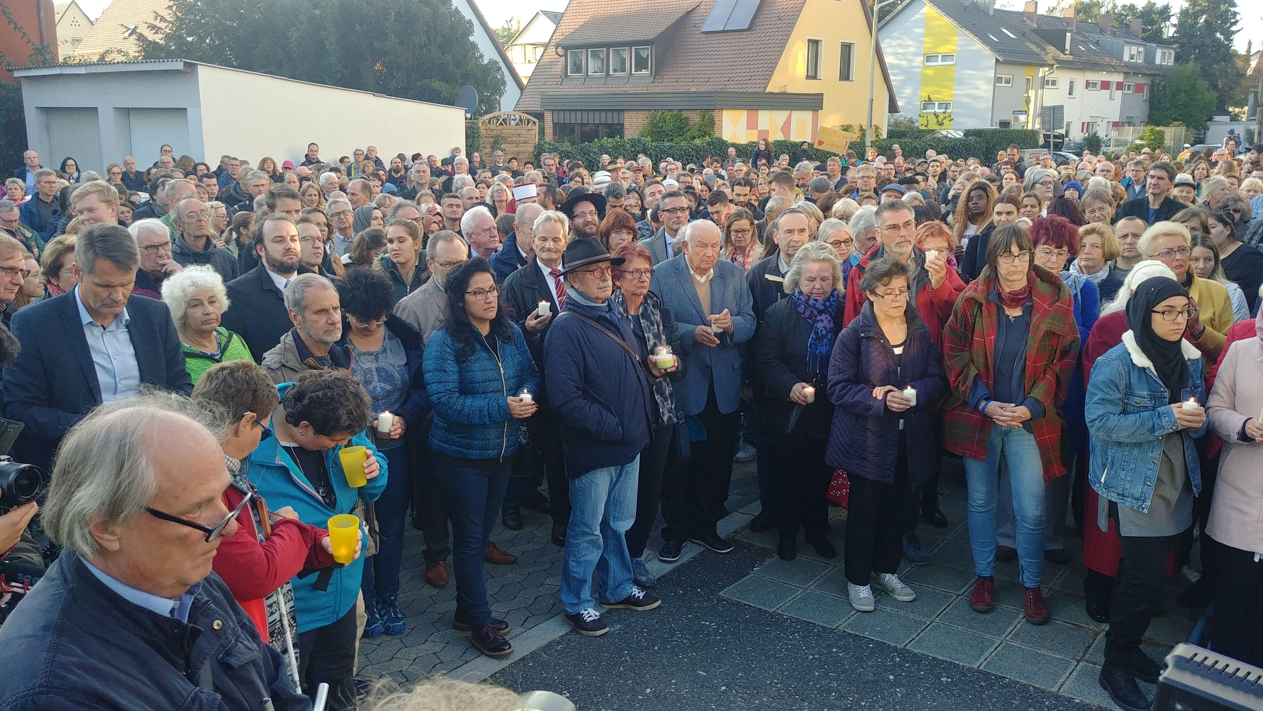 Über 1000 Menschen sind versammelt, um ein Zeichen gegen Antisemitismus zu setzen.