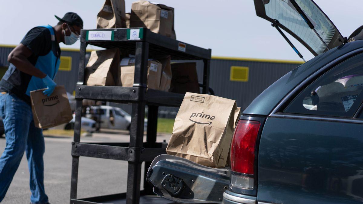 Freiberuflicher Fahrer lädt Pakete in sein Auto