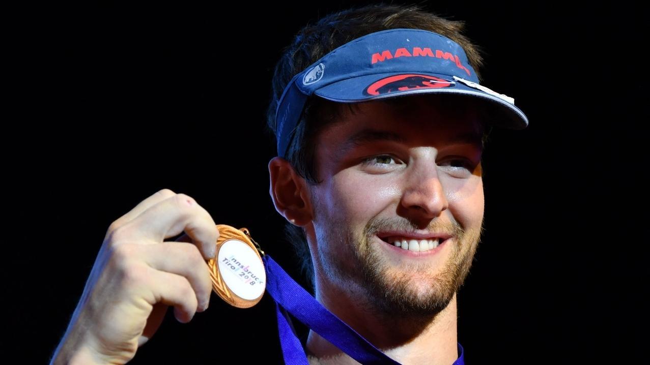 Jan Hojer freut sich  über die Bronzemedaille bei der Kletter-WM 2018 in Innsbruck