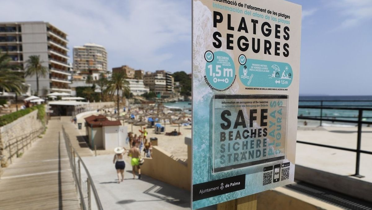 Corona-Hinweise an einem Strand in Mallorca