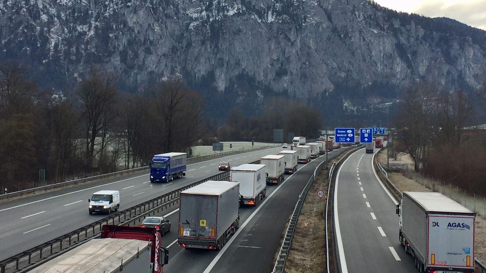Stau nach erster Lkw-Blockabfertigung des Jahres.