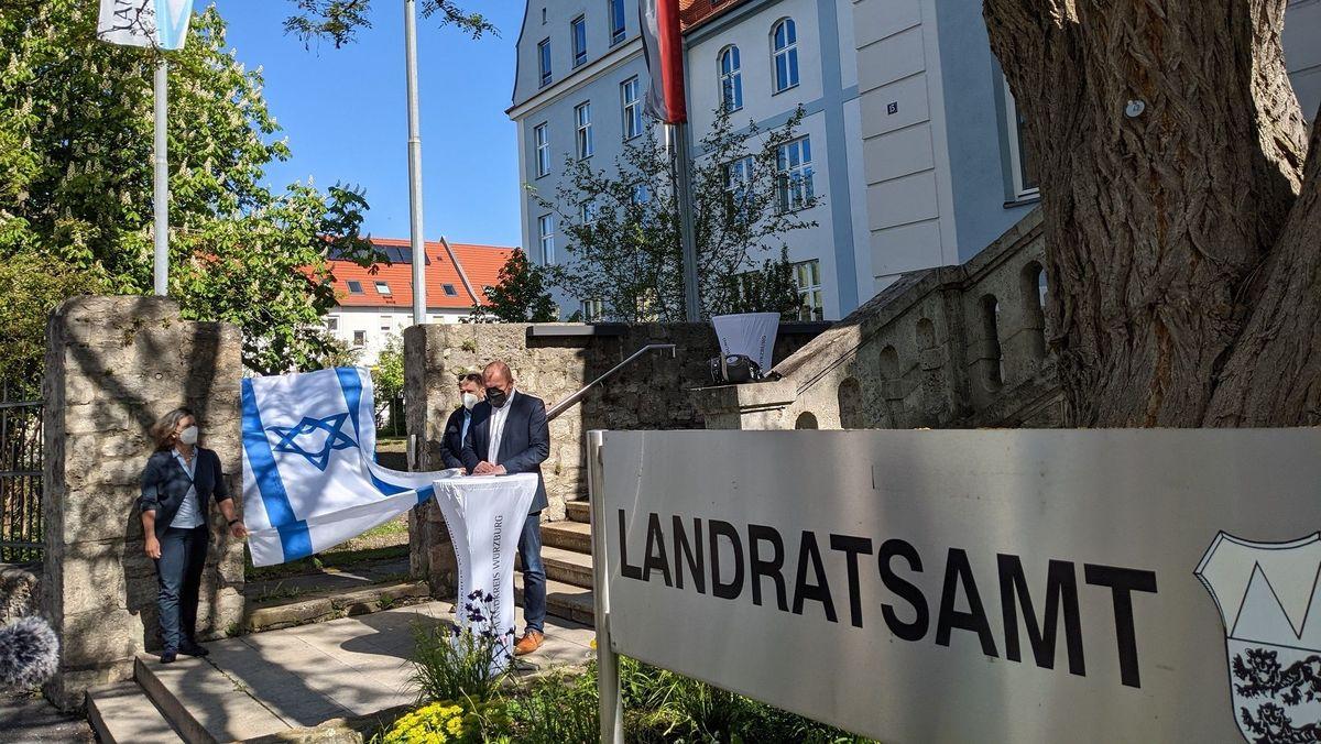 Landrat Thomas Eberth hisst zum zweiten Mal die israelische Flagge am Würzburger Landratsamta
