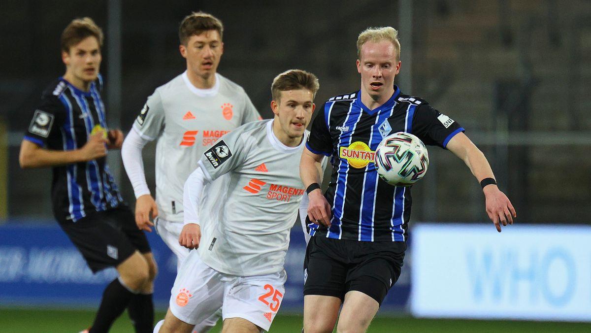 3. Liga: Waldhof Mannheim - FC Bayern München II; Torben Rhein (FC Bayern) und Dennis Jastrzembski (Mannheim) kämpfen um den Ball.