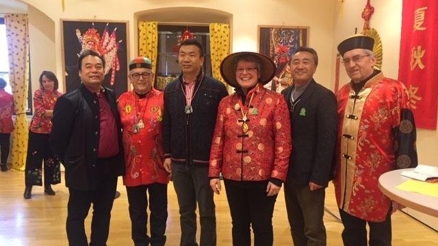 Bürgermeisterin Carolin Braun mit ihrem Ehrengästen, dem stellvertretenden Generalkonsul Yongjun Chen (3. v. links) und Kang Wei, Projektleiter Kulturaustausch Konfuzius Institut (2. v. rechts).