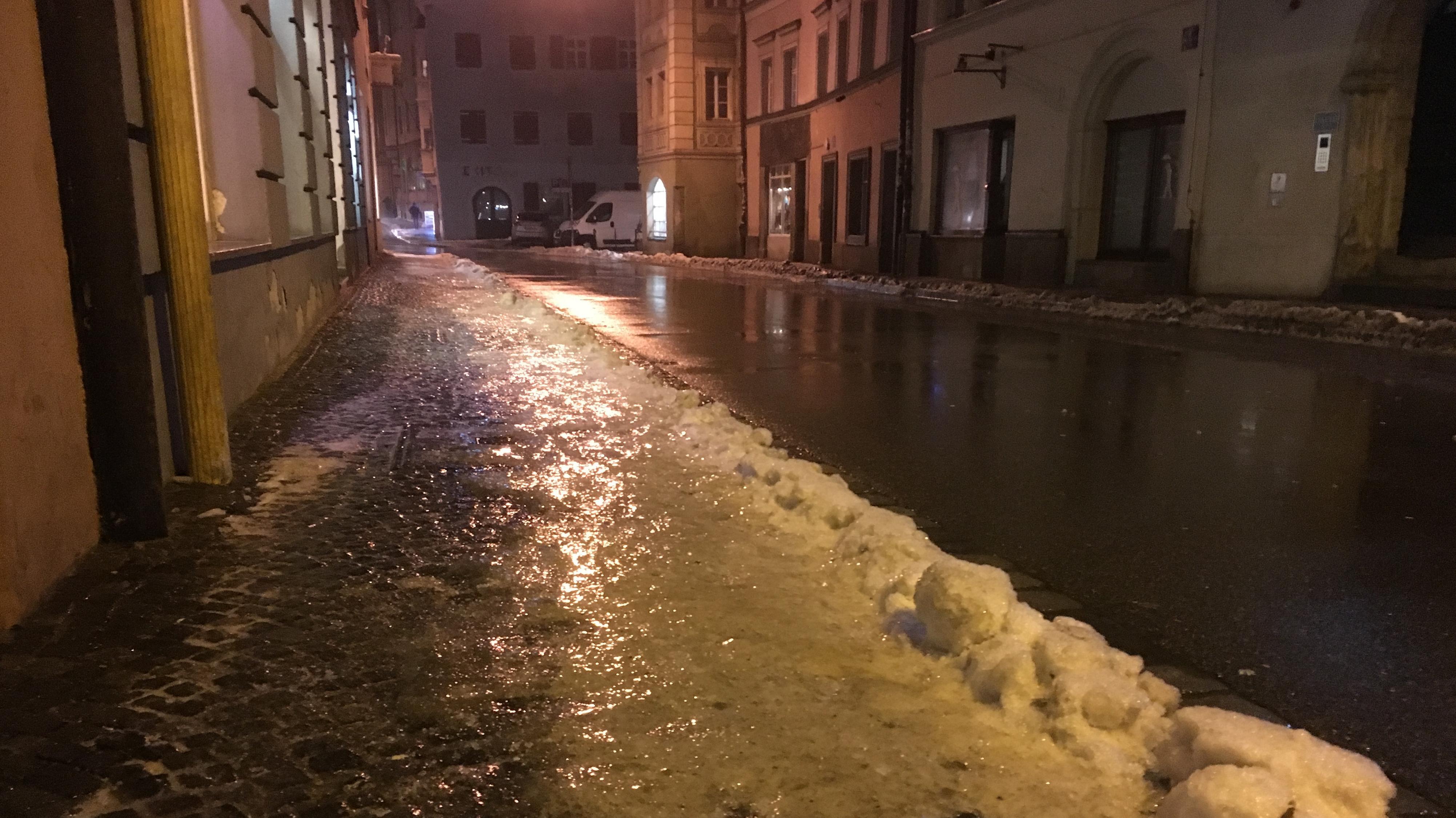 Spiegelglatte Straße in der Altstadt von Regensburg