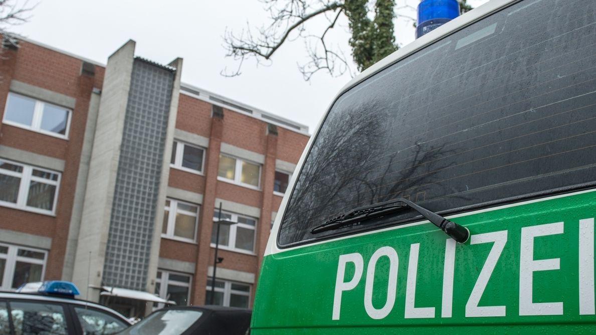 Ein Polizeiauto vor dem Gericht in Landshut