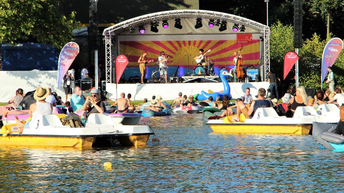 Konzertbesucher bei der Seebühne auf dem Dutzendteich (Archiv, 2020)
